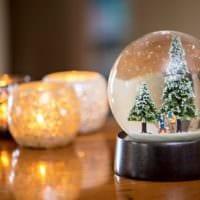 стеклянный шар и свечи