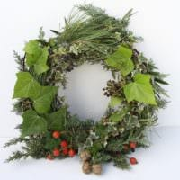 новогодний венок из листьев и ягод