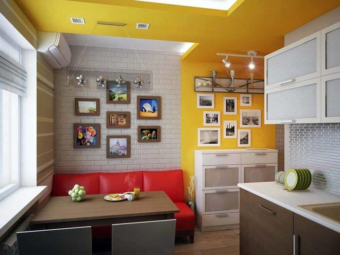 красный диван на кухне