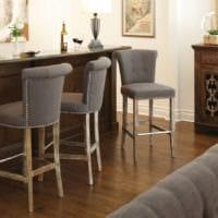 барная стойка с мягкими стульями