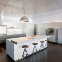 барная стойка в светлой кухне
