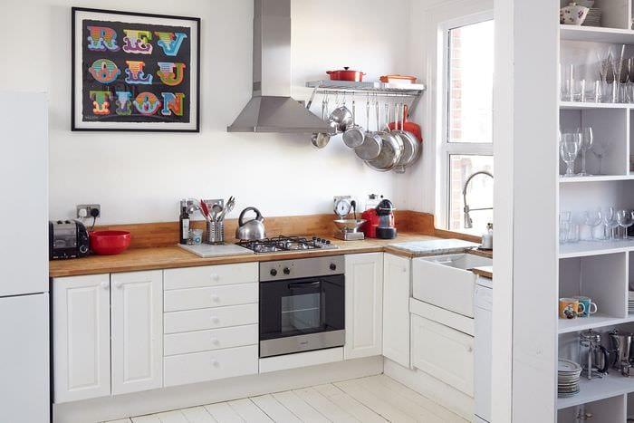 белая кухня 5 кв м с рейлингами