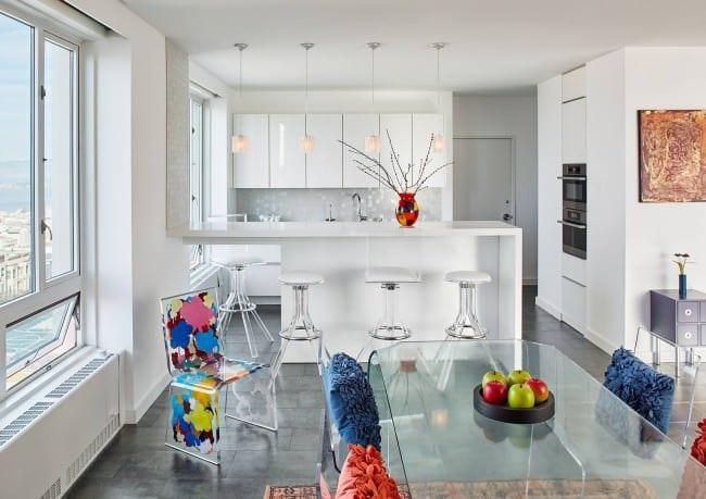 белый гарнитур в кухне студии