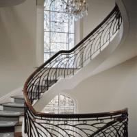 богатый дизайн лестницы в доме