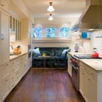 диван на кухне темный