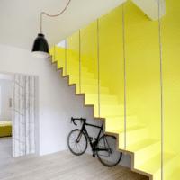 дизайн лестницы в доме яркий