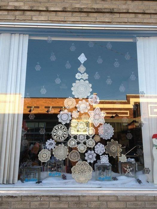 елка из снежинок на окно