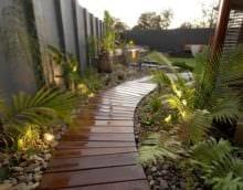 идея применения светлых садовых дорожек в ландшафтном дизайне фото