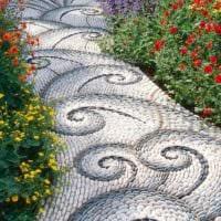 идея использования необычных садовых дорожек в дизайне двора фото