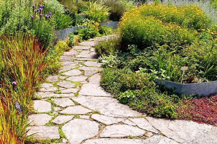 идея использования необычных садовых дорожек