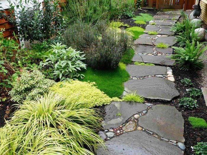 пример использования светлых садовых дорожек в ландшафтном дизайне