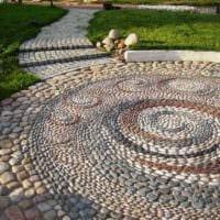идея использования красивых садовых дорожек в ландшафтном дизайне фото