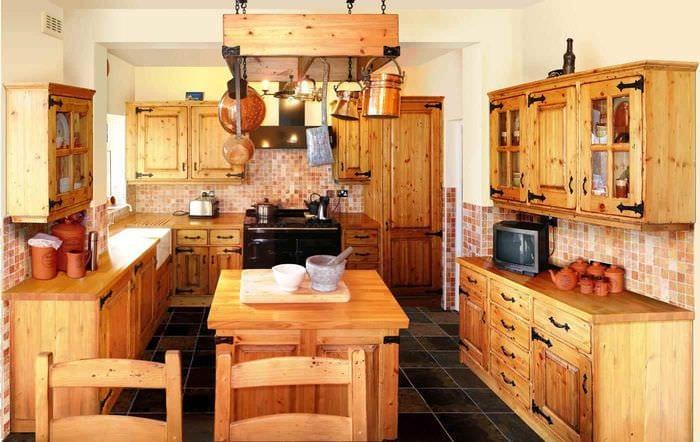 пример необычного дизайна кухни в деревенском стиле