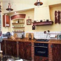 вариант светлого дизайна кухни в деревенском стиле фото