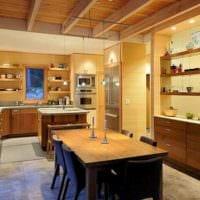 вариант светлого стиля кухни в деревянном доме картинка