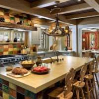 пример необычного интерьера кухни в деревянном доме фото