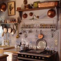 пример красивого интерьера кухни в деревенском стиле картинка