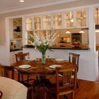 вариант яркого дизайна кухни в загородном доме картинка