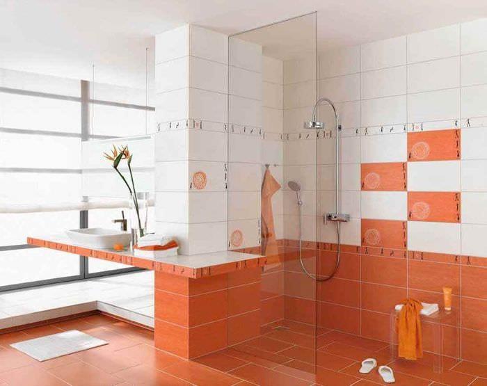 идея светлого дизайна укладки плитки в ванной комнате