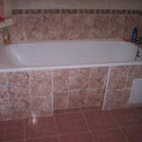 пример необычного дизайна укладки плитки в ванной комнате фото
