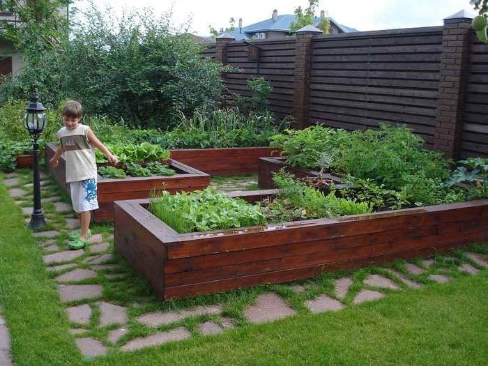 вариант светлого дизайна огорода на даче