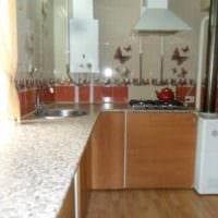 пример яркого декора кухни с газовой колонкой фото