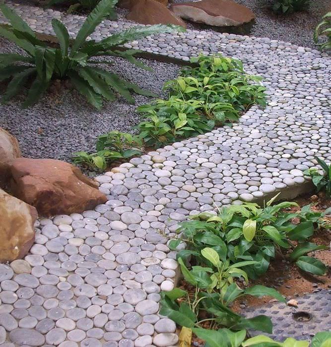 идея использования светлых садовых дорожек в дизайне двора