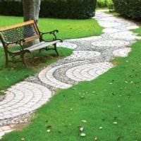 идея применения светлых садовых дорожек в дизайне двора картинка