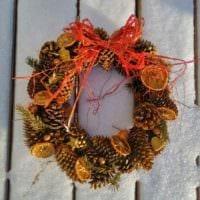пример использования красивого декора новогоднего венка своими руками картинка