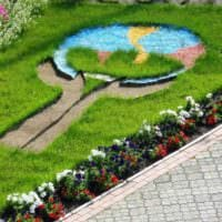 вариант использования светлых роз в дизайне двора картинка