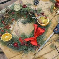 идея применения светлого дизайна новогоднего венка своими руками фото