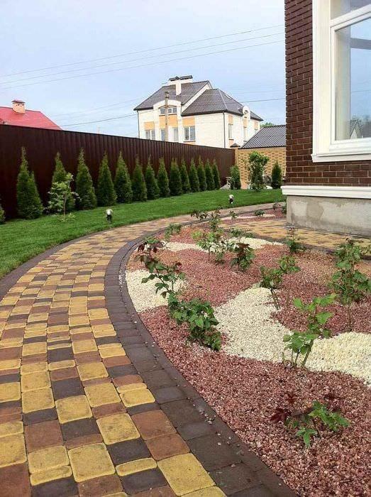 пример применения необычных садовых дорожек в ландшафтном дизайне