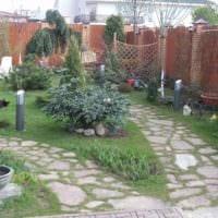вариант использования ярких садовых дорожек фото