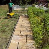 вариант применения светлых садовых дорожек в дизайне двора фото