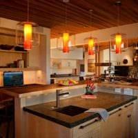 пример яркого стиля кухни в деревянном доме фото
