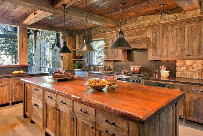 идея светлого интерьера кухни в деревенском стиле
