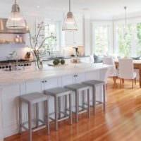 вариант яркого дизайна кухни в деревянном доме картинка