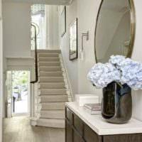 пример светлого интерьера прихожей с зеркалами фото