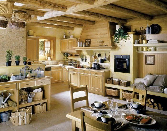 вариант яркого дизайна кухни в деревянном доме