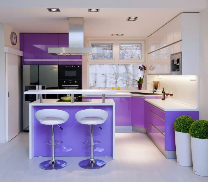 интерьер фиолетово белой кухни