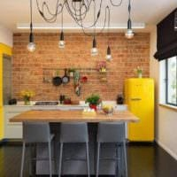 кухня лофт желтый холодильник