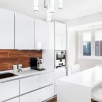 кухня с балконом в белых тонах