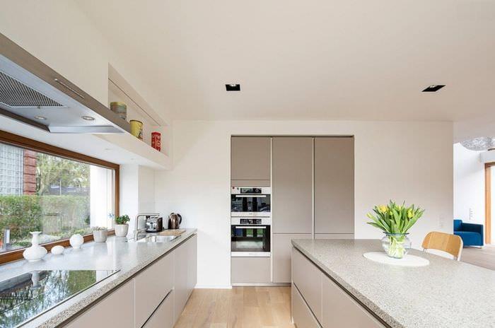 кухня модерн с большим окном