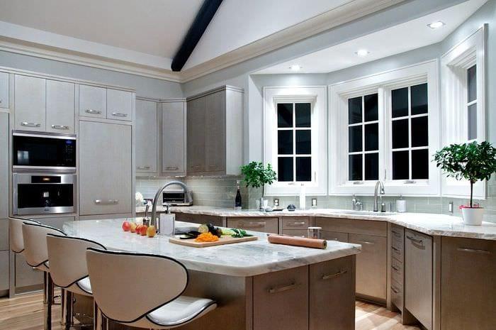 интерьер кухни с эркером