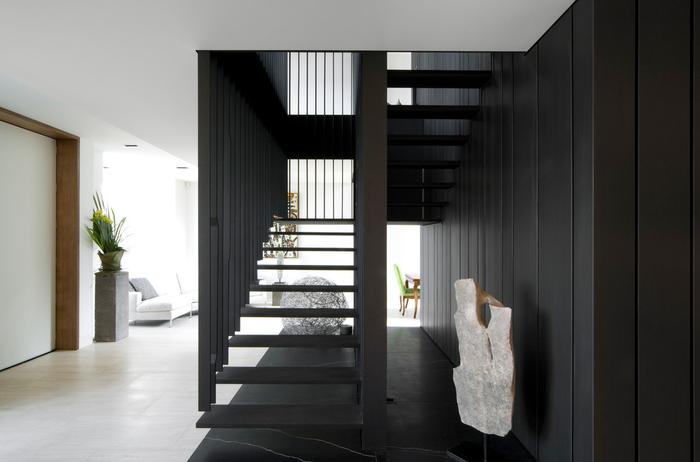лестница черного цвета
