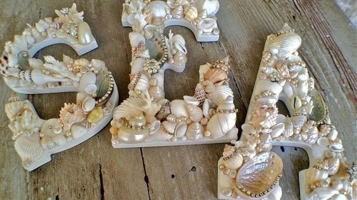 буквы из морских ракушек