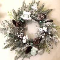 пример применения красивого декора новогоднего венка своими руками фото