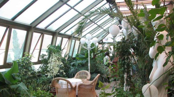 пример применения ярких идей оформления зимнего сада в доме
