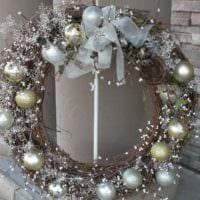 вариант применения яркого декора новогоднего венка своими руками картинка