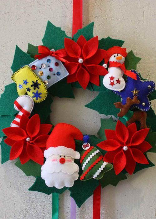 вариант применения яркого декора новогоднего венка своими руками